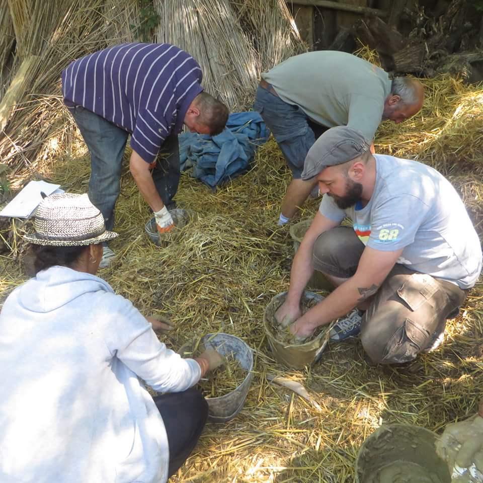 Zajedničkim snagama ekolozi prave kuću od slame.