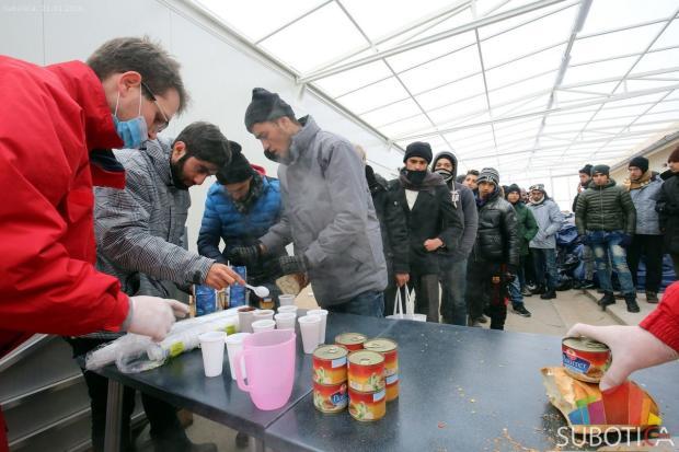 Migranti se zbrinjavaju nakon dolaska u Suboticu. Fotografija preuzeta od www.subotica.com