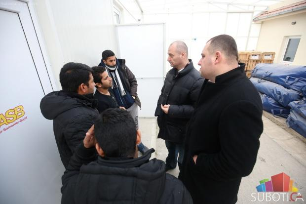 Državni sekretar dr Nenad Ivanišević i član GV zadužen za socijalna pitanja Milimir Vujadinović obišli migrante i izbeglice. Fotografija preuzeta sa sasta www.subotica.com. (Arhiva)