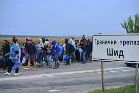 Nakon što ih hrvatska policija vratila u Srbiju, nastavili su put peške. Fotografija: www.politika.rs