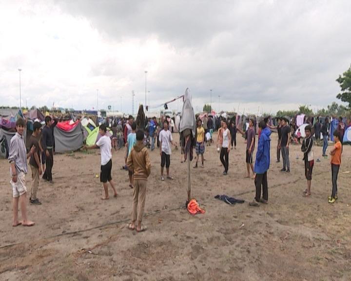 Migranti u improvizovanom kampu kod Horgoša.