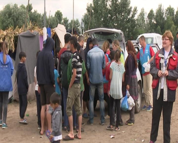 Pomoć u hrani i vodi od mnogih organizacija i NVO, UNHCR...