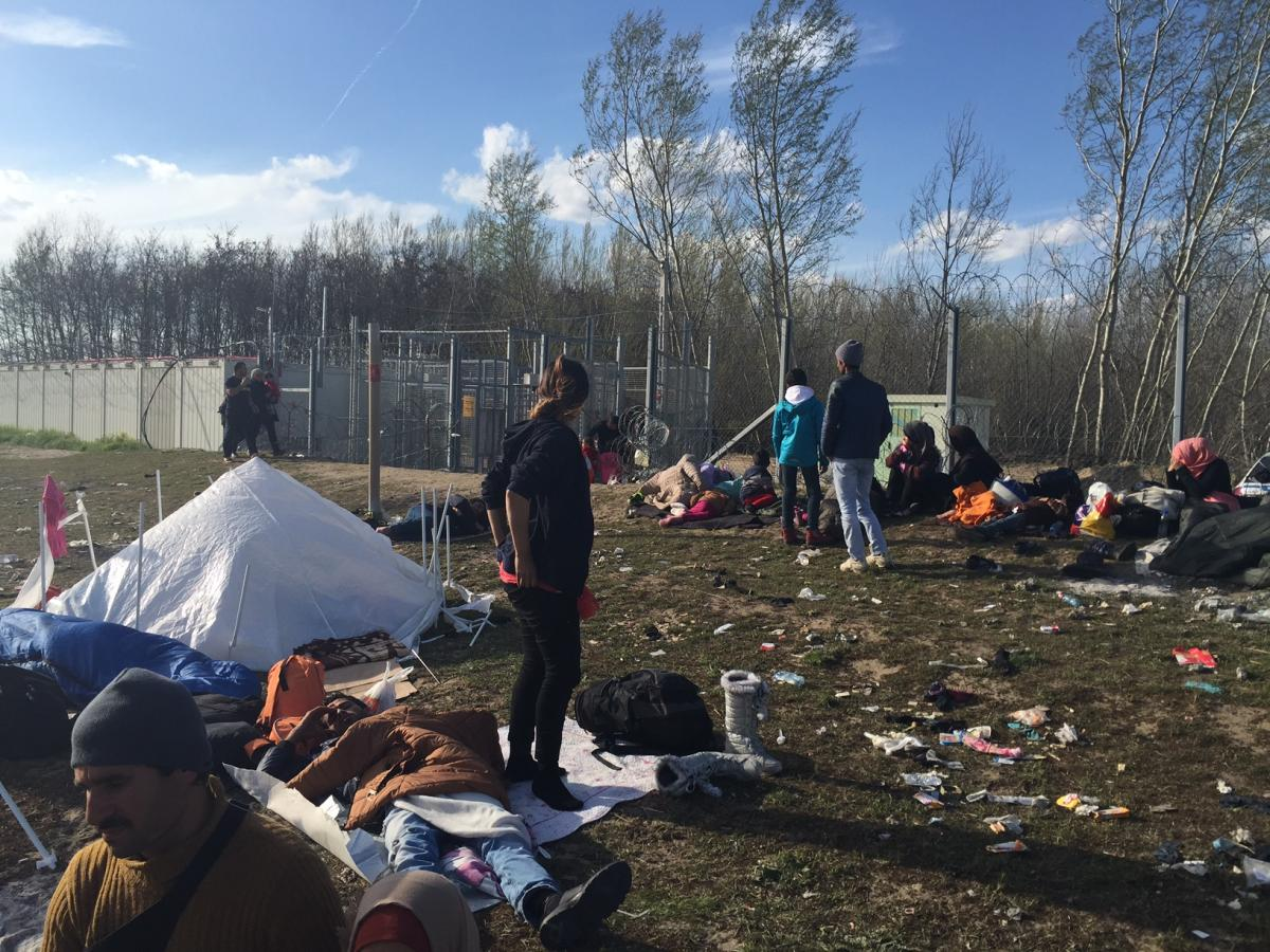Asylum seekers in Roszke waiting for days and weeks to be admitted to the transit zone, Hungary, March 31, 2016. © 2016 Lydia Gall/Human Rights Watch