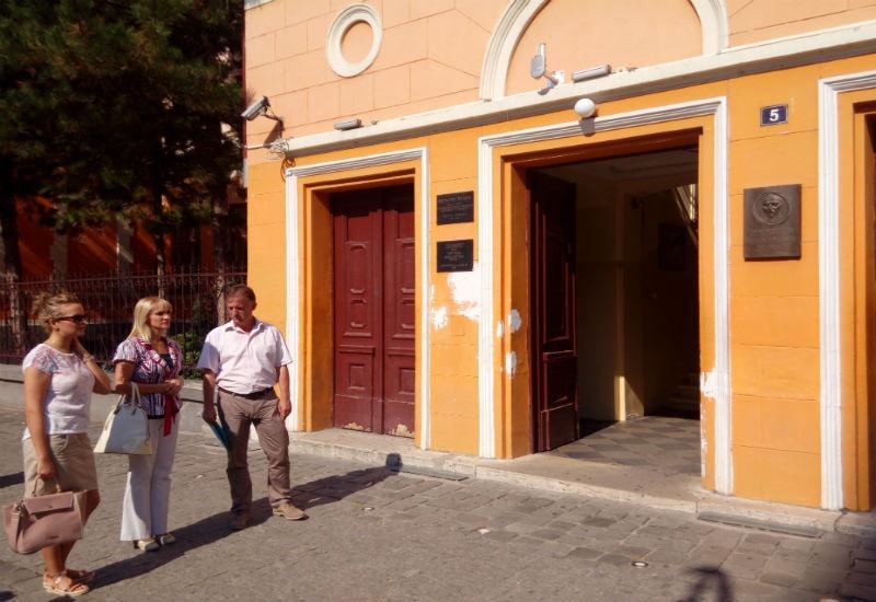 Članovi Gradskog veća Milenko Čučković i mr Tatjana Božić obišli su Gimnaziju, a potom i Elektrotehničku školu, kako bi videli kako će funkcionisati guseničari za lakši ulazak dece u ove obrazovne institucije