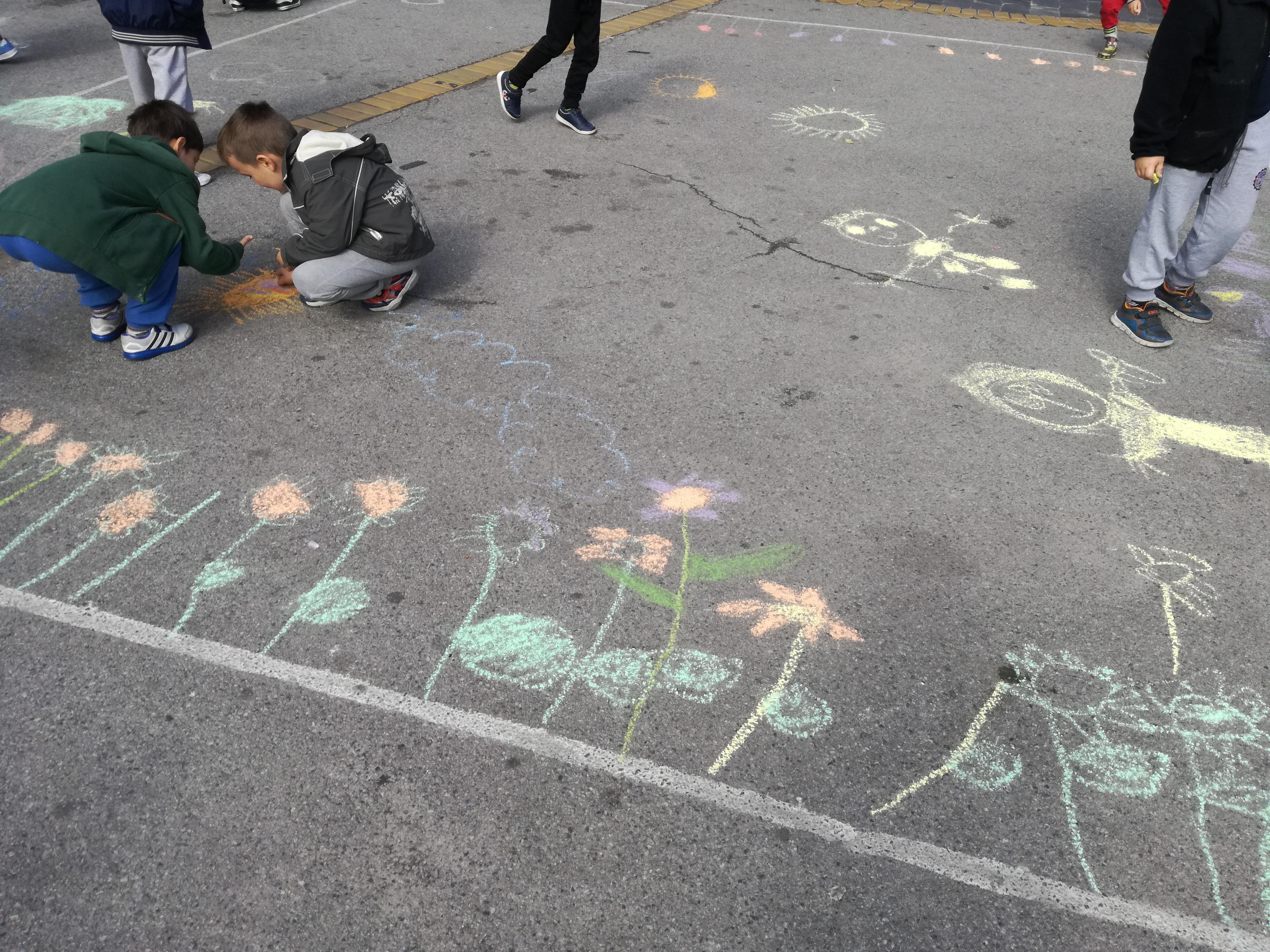 DEca crtaju na tgu na temu saobraćaja i ekologije. Foto: Nataša Aleksić.