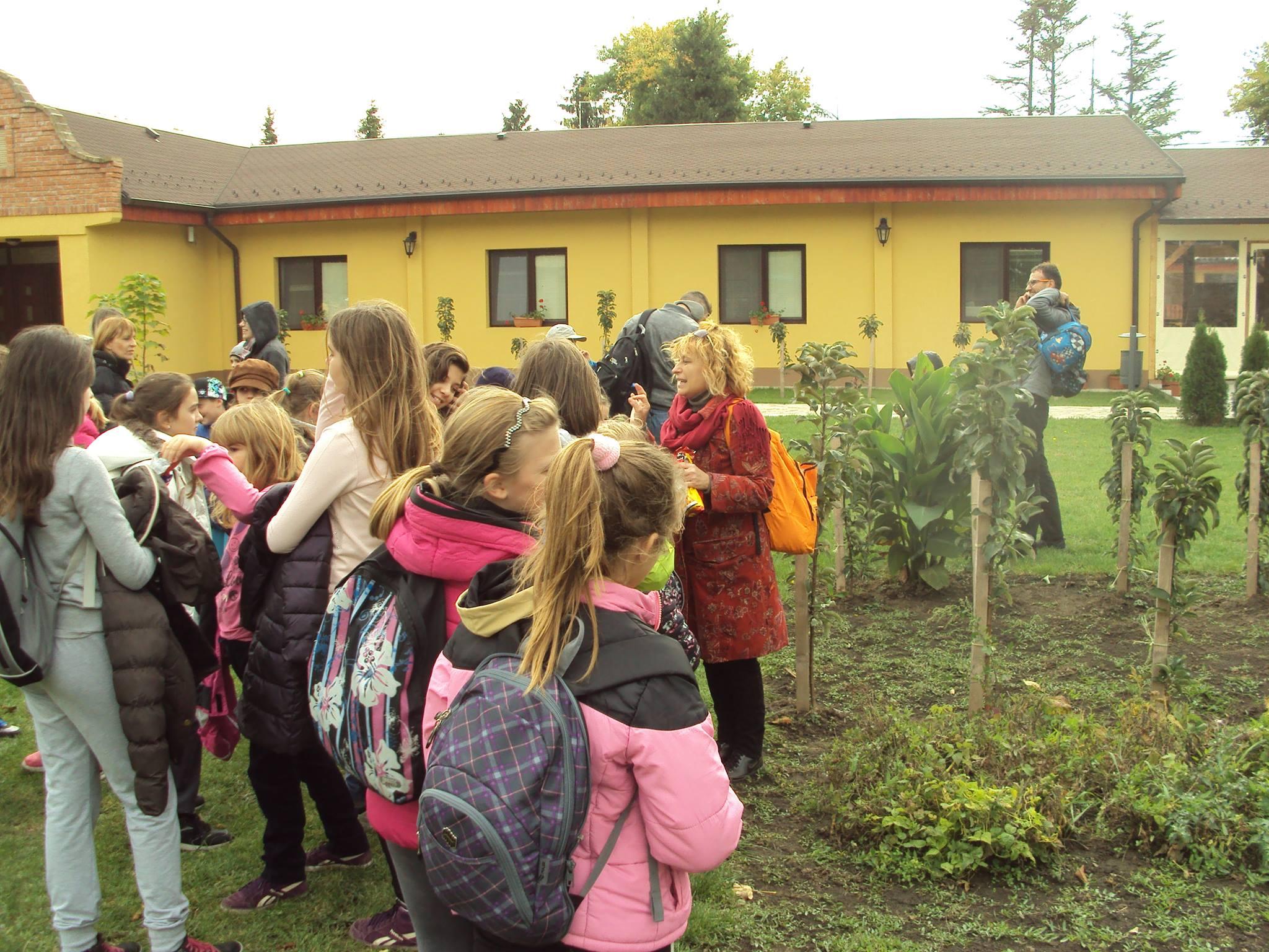 U organskoj bašti deca su se upoznala sa sadnjom povrća i voća