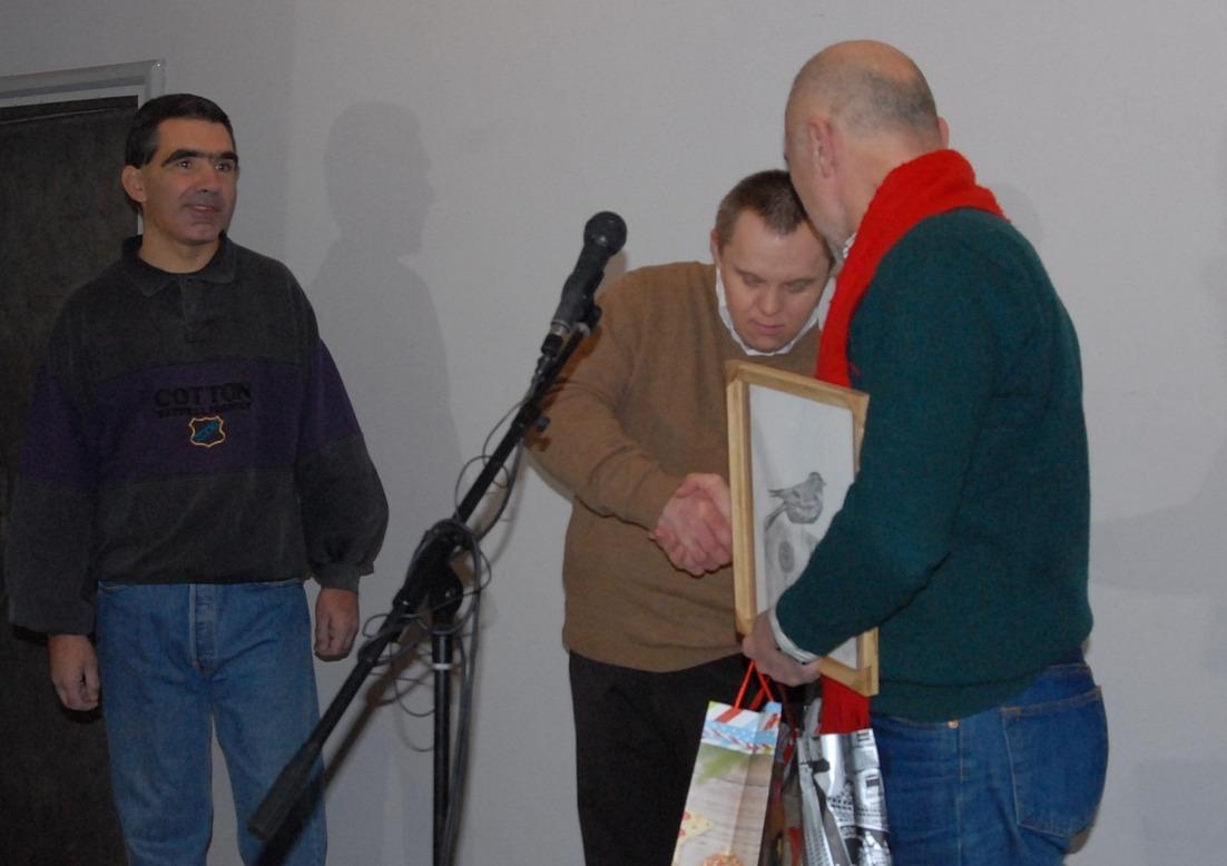 Boris Hrnjak dobija na otvaranju izložbe.