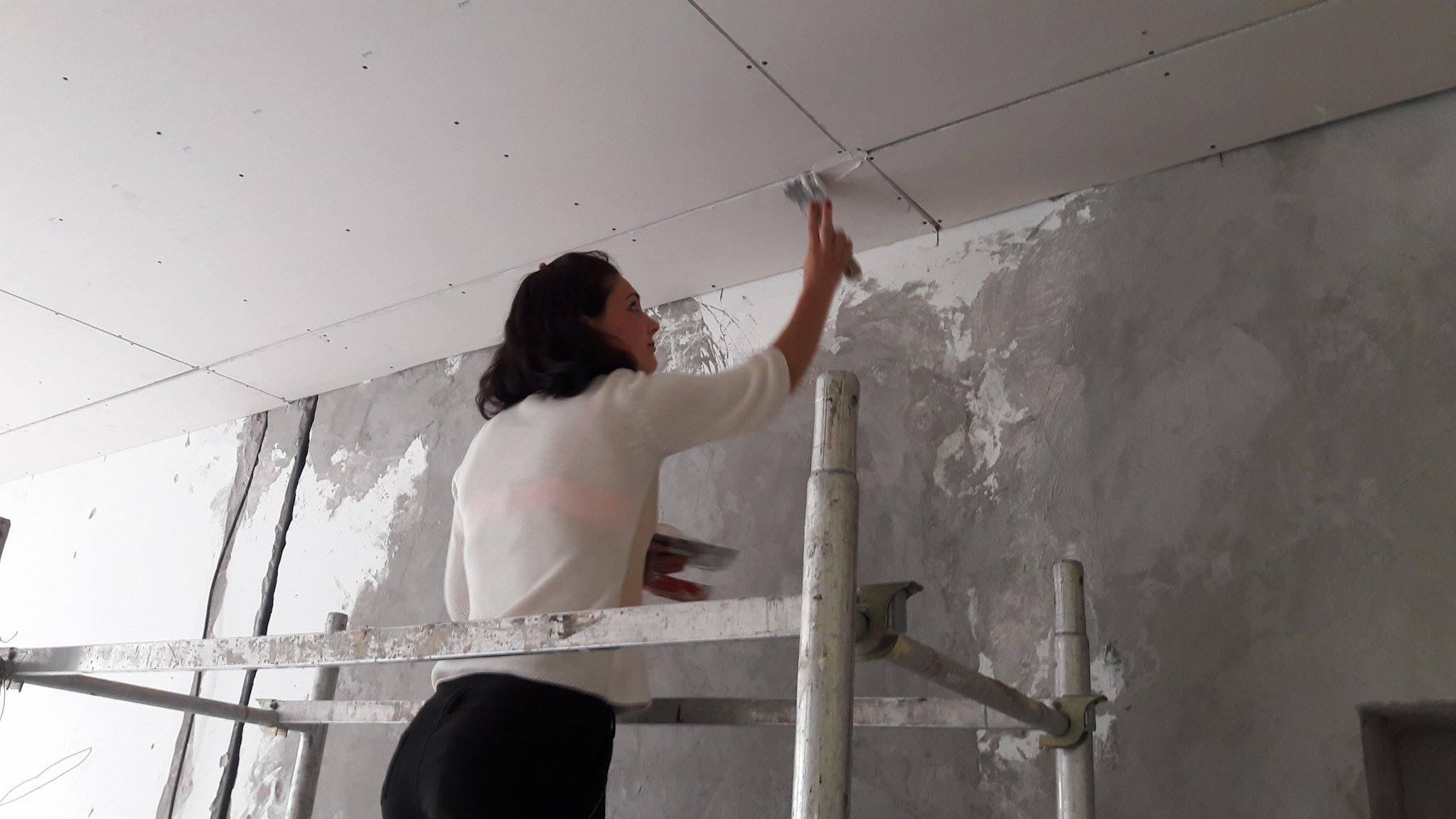 Mirjana Prčić na praktičnoj nastavi pokazuje svoje umeće.