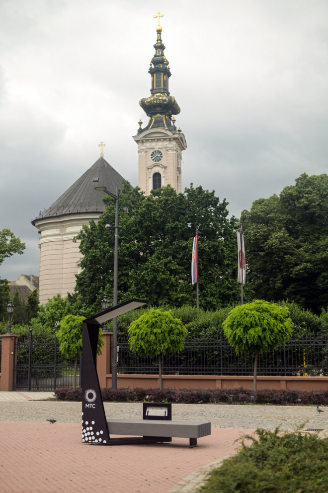 Foto: https://citymagazine.rs/clanak/telekom-srbija-poklonio-novosadanima-pametnu-klupu.